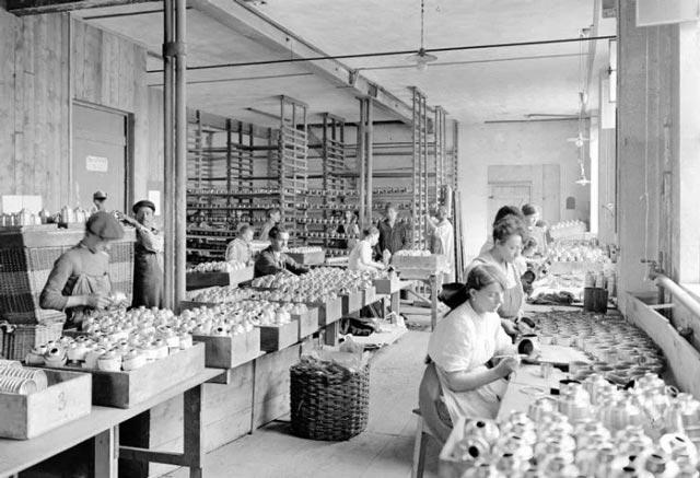 Factory workers in Switzerland in World War II worldwartwo.filminspector.com
