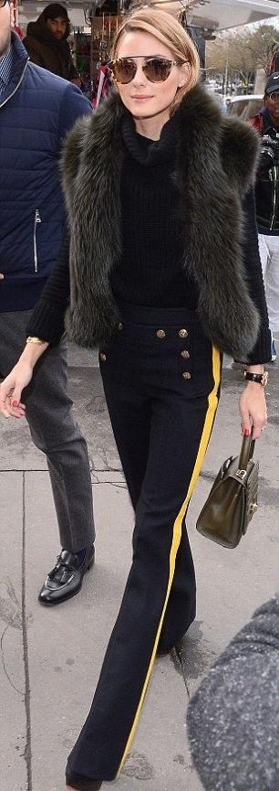 Look do dia - Street style Olivia Palermo, calças pretas, colete de pelo mini bag