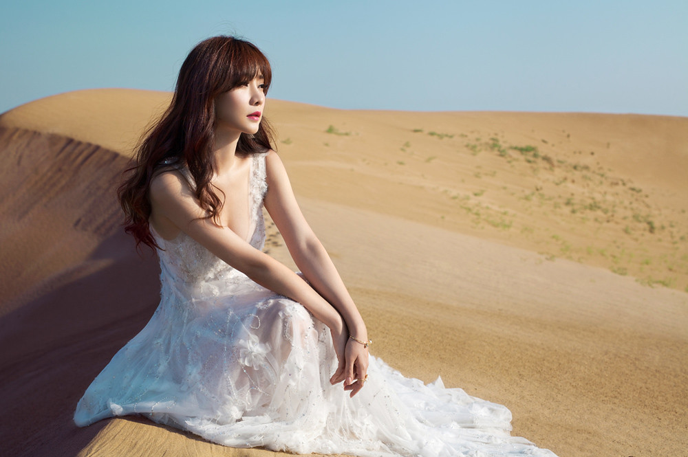 Gallery - Chinese beautiful model Liu Yan with Sexy White Dress on Desert Photo - P10