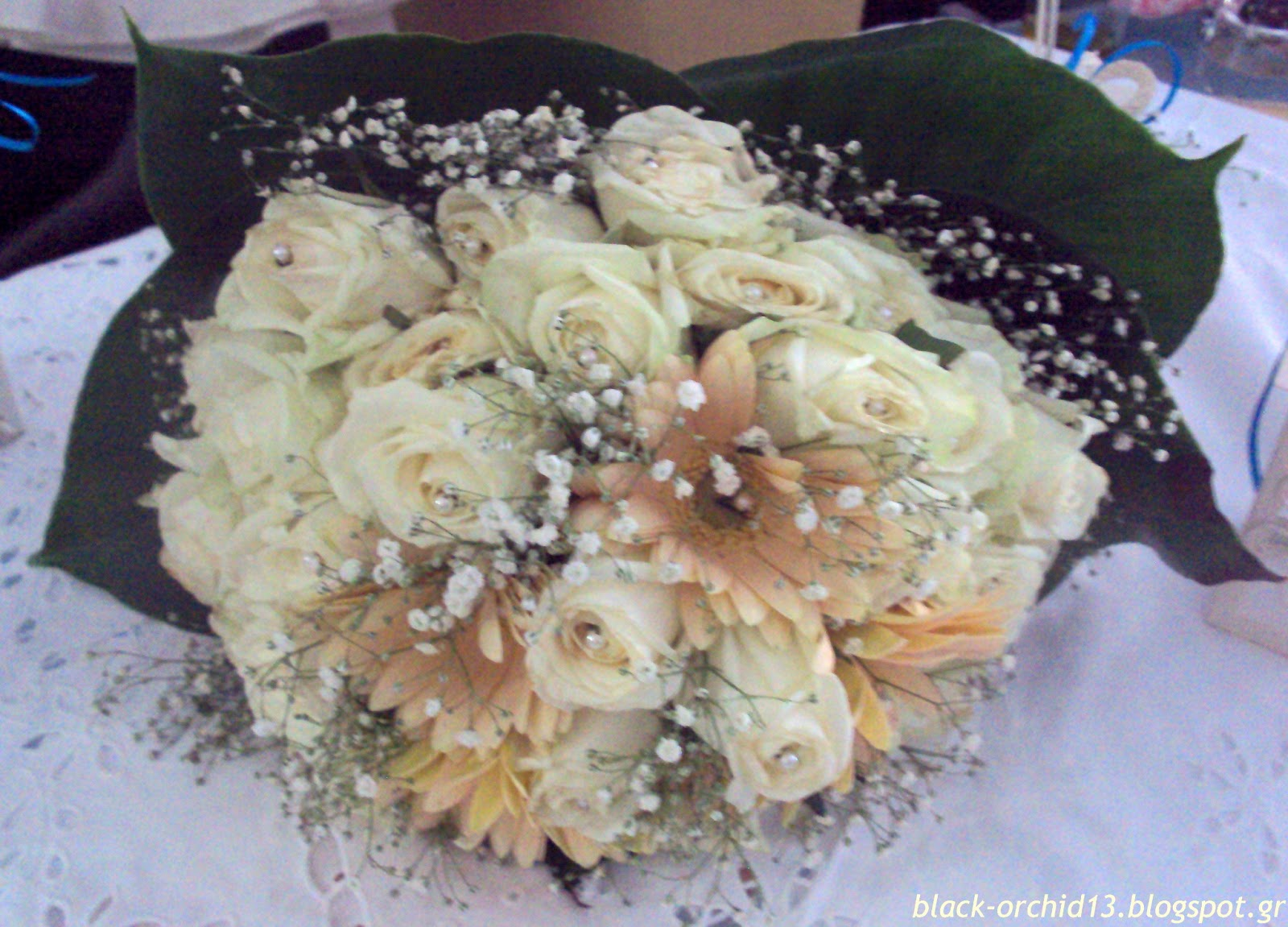 6b656abbd5d7 Νυφική ανθοδέσμη σε απαλά χρώματα. Ιβουάρ τριαντάφυλλα και σομόν ζέρμπερες  δίνουν ένα ιδανικό παλ αποτέλεσμα στην ανθοδέσμη του γάμου σας.