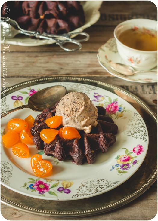 Triple Chocolate Brownie Waffeln mit Gianduja-Stracciatella-Eiscreme und kandierten Kumquats