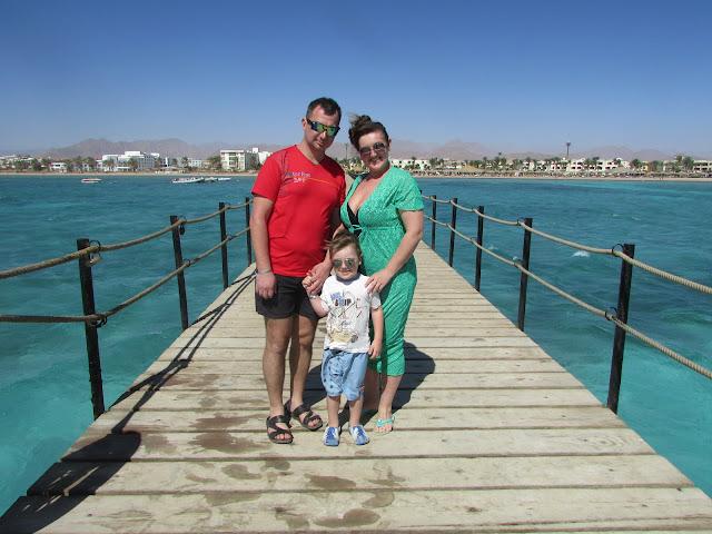 мост на пляже в Египте