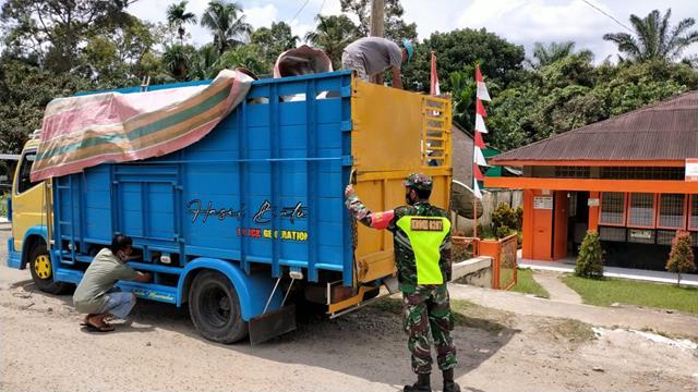 Bantu Penuruan Beras Bantuan Sosial Dari BB-PPKM 2021 Dilakukan Oleh Personel Jajaran Kodim 0207/Simalungun