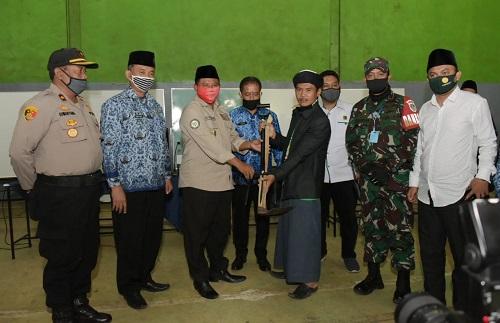 Perkuat Program Santri Tani, Wakil Gubernur Jawa Barat Serahkan Bantuan Alat Pertanian