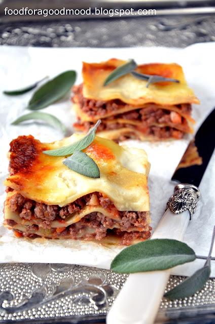 """Sos bolognese (""""ragù alla bolognese"""") to forma mięsnego gulaszu, która niewiele ma wspólnego z sosem bolognese, do jakiego przywykliśmy.  To cała feria smaków, na który składają się: warzywa, domowy bulion, dobre wino i odrobina wędzonego boczku.   Długo gotowany sos jest esencjonalny, szlachetny i wybitnie pyszny! Przepis może wydawać się skomplikowany, ale taki nie jest. Wystarczy odpowiednio wcześniej przygotować sos, a potem już z górki. Nie mniej jednak warto spróbować, bo to włoska klasyka w najlepszym wydaniu! :)"""