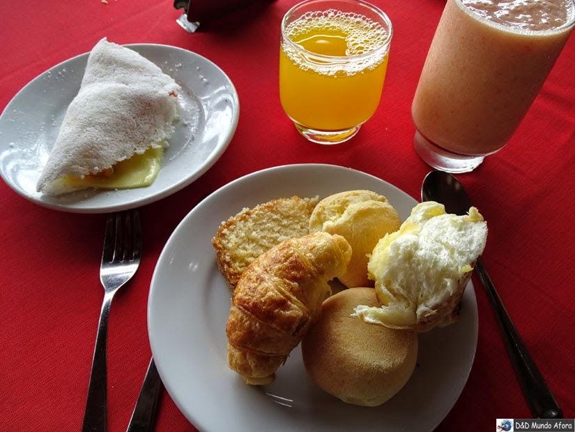 Café da manhã farto e gostoso no D Beach Resort