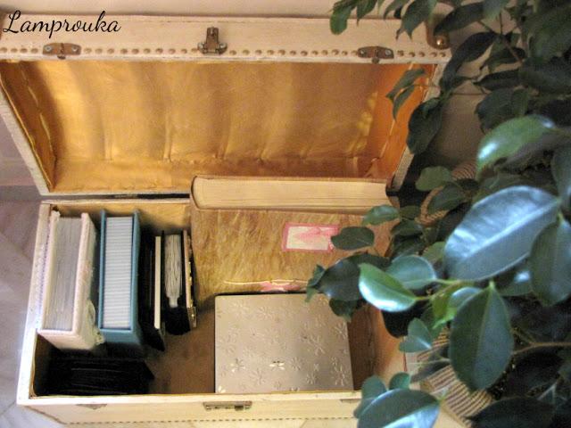 Το εσωτερικό του μπαούλου που μεταμόρφωσα το έντυσα με ύφασμα.