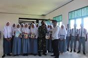 Satgas Yonarmed 9 Kostrad Berikan Bantuan Buku Kepada Pelajar di SMA 8 Dama