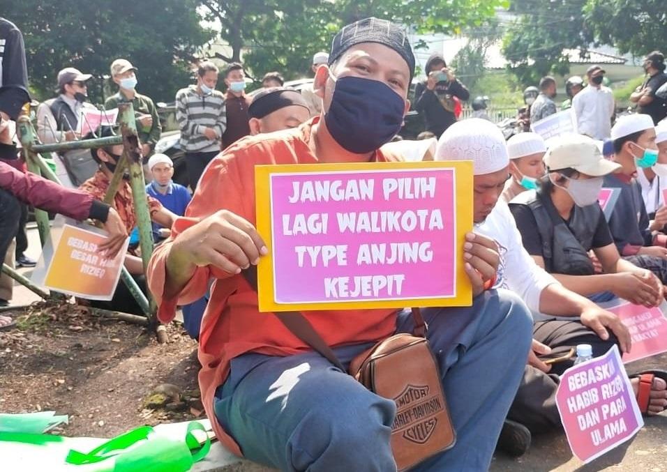 Desak HRS Dibebaskan, Demonstran di Bogor Bawa Poster Bertuliskan 'Jangan Pilih Lagi Wali Kota Tipe Anjing Kejepit'