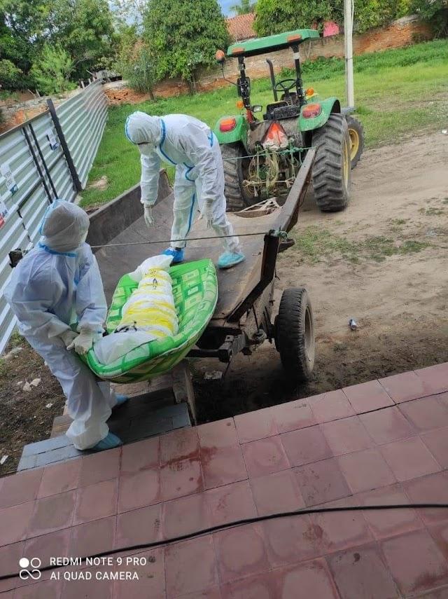 Idoso é enterrado dentro de saco plástico e jogado na cova por trator no Paraguai. Veja o vídeo