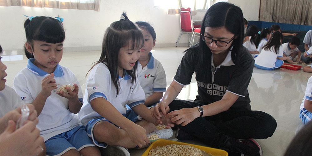 Siswa Kelas 1 SD Kristen Kalam Kudus Surakarta Belajar Membuat Tempe