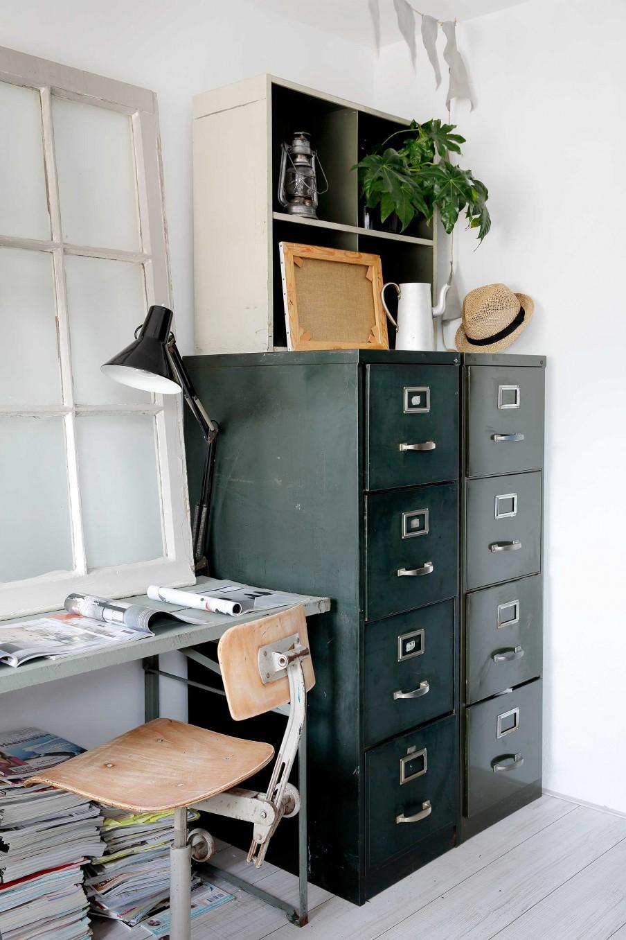escritorio, estilo industrial, militar, archivador, verde, silla madera, ventana decorativa, estanterias,