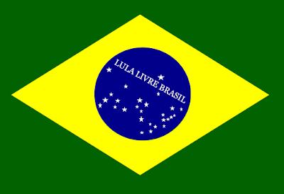 Na bandeira do Brasil está escrito: Lula livre Brasil.