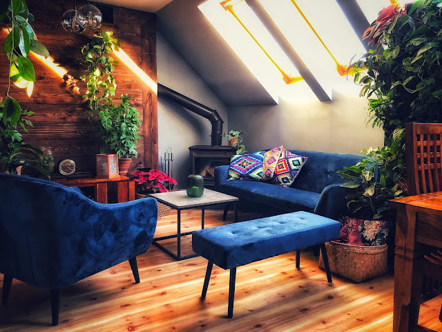 Kolorowe poduszki jako dekoracja salonu.