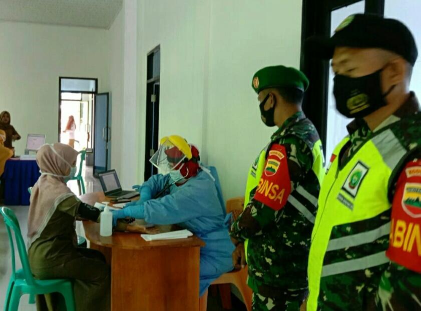 Babinsa Kelurahan Ranai dan Polres Natuna Melaksanakan Pengamanan Penyuntikan Vaksin Covid-19