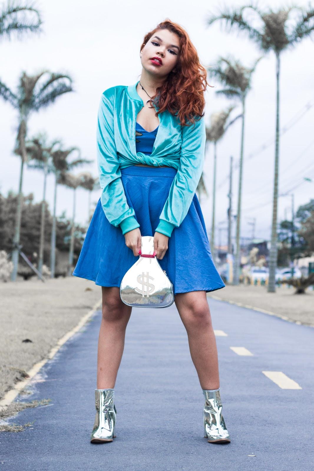look azul, look peças da china, look blogueira ruiva ondulada, ingrid gleize, cachos, bota metalizada prata beira rio, bolsa saco de dinheiro metalizada, bomber de veludo verde