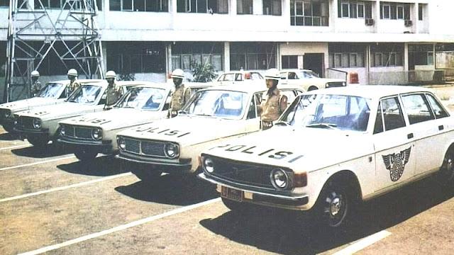 Volvo 144 sedan polisi Indonesia
