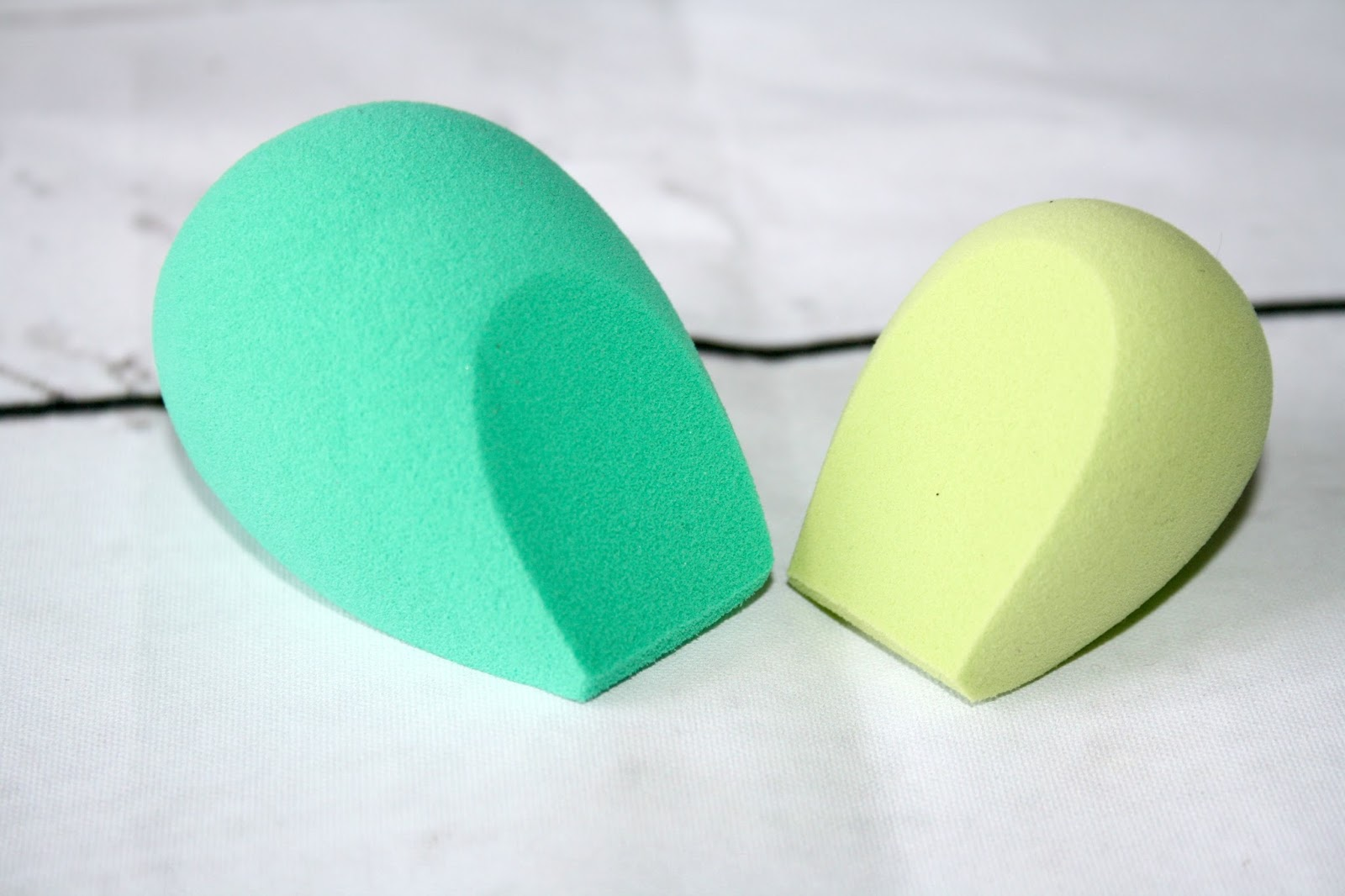 Ecotools 2017 collection the beauty blenders beauty queen uk the lighter green sponge which is much smaller and more firm is the one you would use for precision application so perfect for concealer and i have used it falaconquin