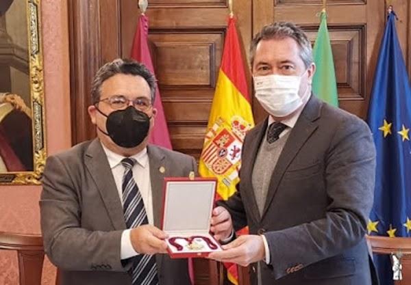 El alcalde de Sevilla entrega al Hermano Mayor de la Sed una réplica de la Medalla de la Ciudad sustraída en el robo