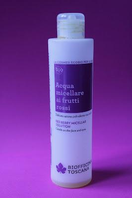 La foto contiene la confezione di Acqua micellare ai frutti rossi di Biofficina Toscana senza prodotto all'interno
