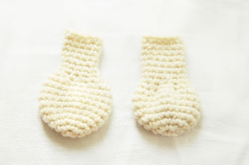 detail of the feet of the amigurumi moomin.