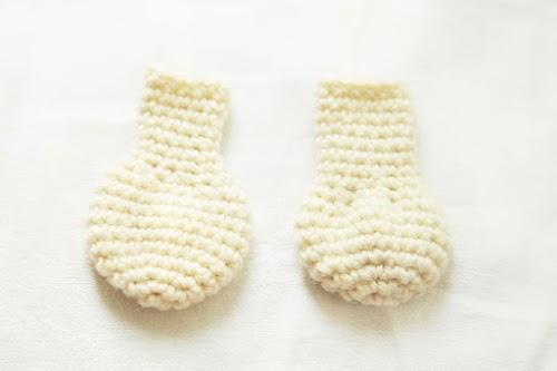 detail of the feet of the amigurumi moomin.