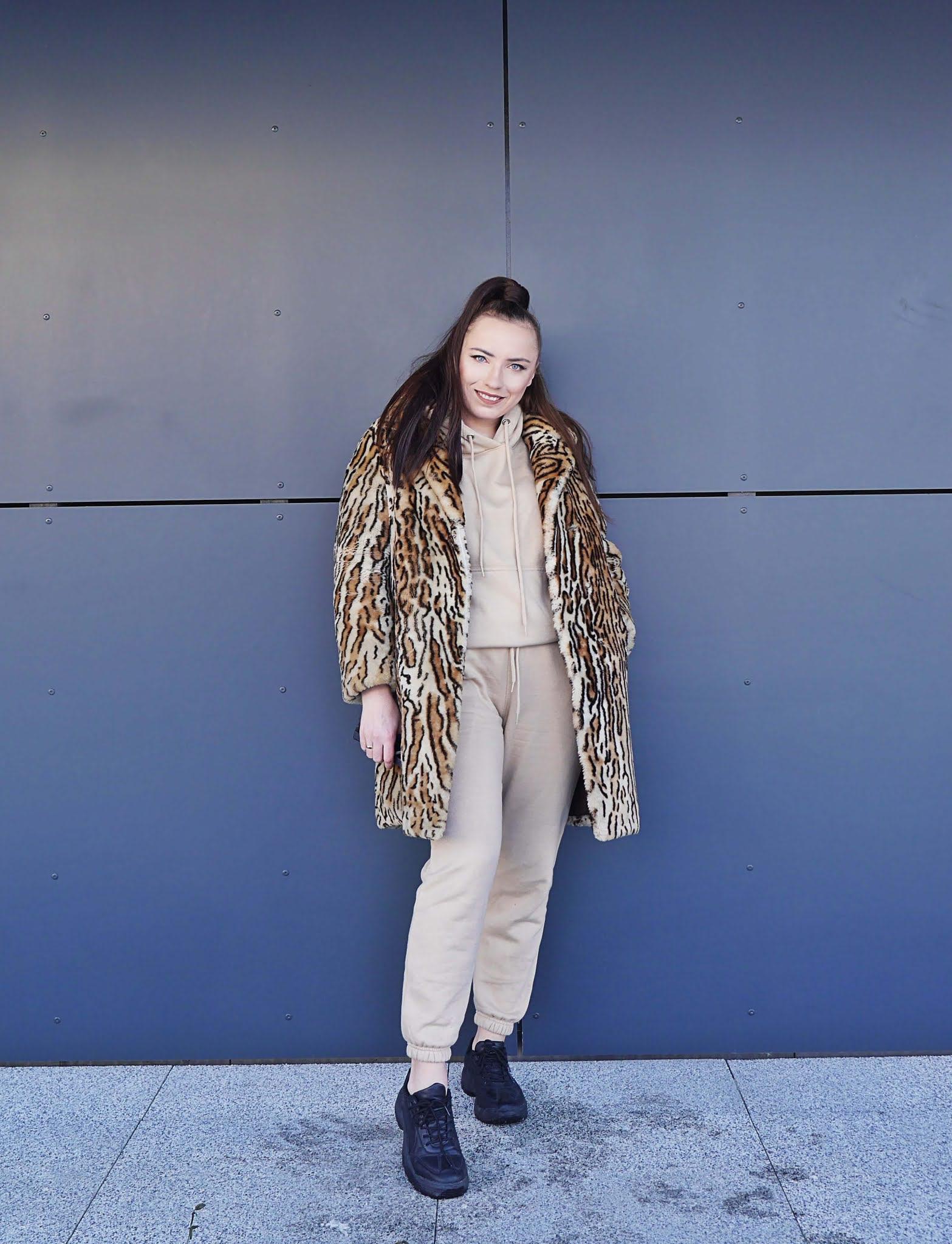 fashion blogger karyn beige set pants hoodie black sneakers cateyes sunglasses outfit look ootd