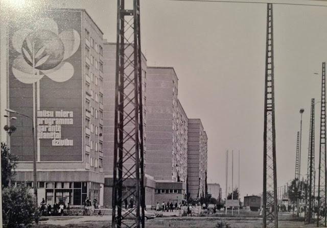 "1980-е годы. Рига. Пурвциемс. Улица Дзелзавас. Из серии ""Tema 011"". ""Mūsu miera programma garantē planētai dzīvību"" (автор фото: Gvido Kajons)"