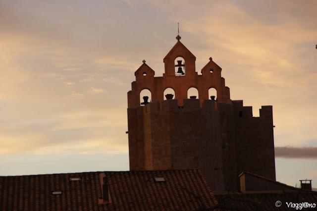 Il profilo del campanile della chiesa di Les Saintes Maries de la Mer