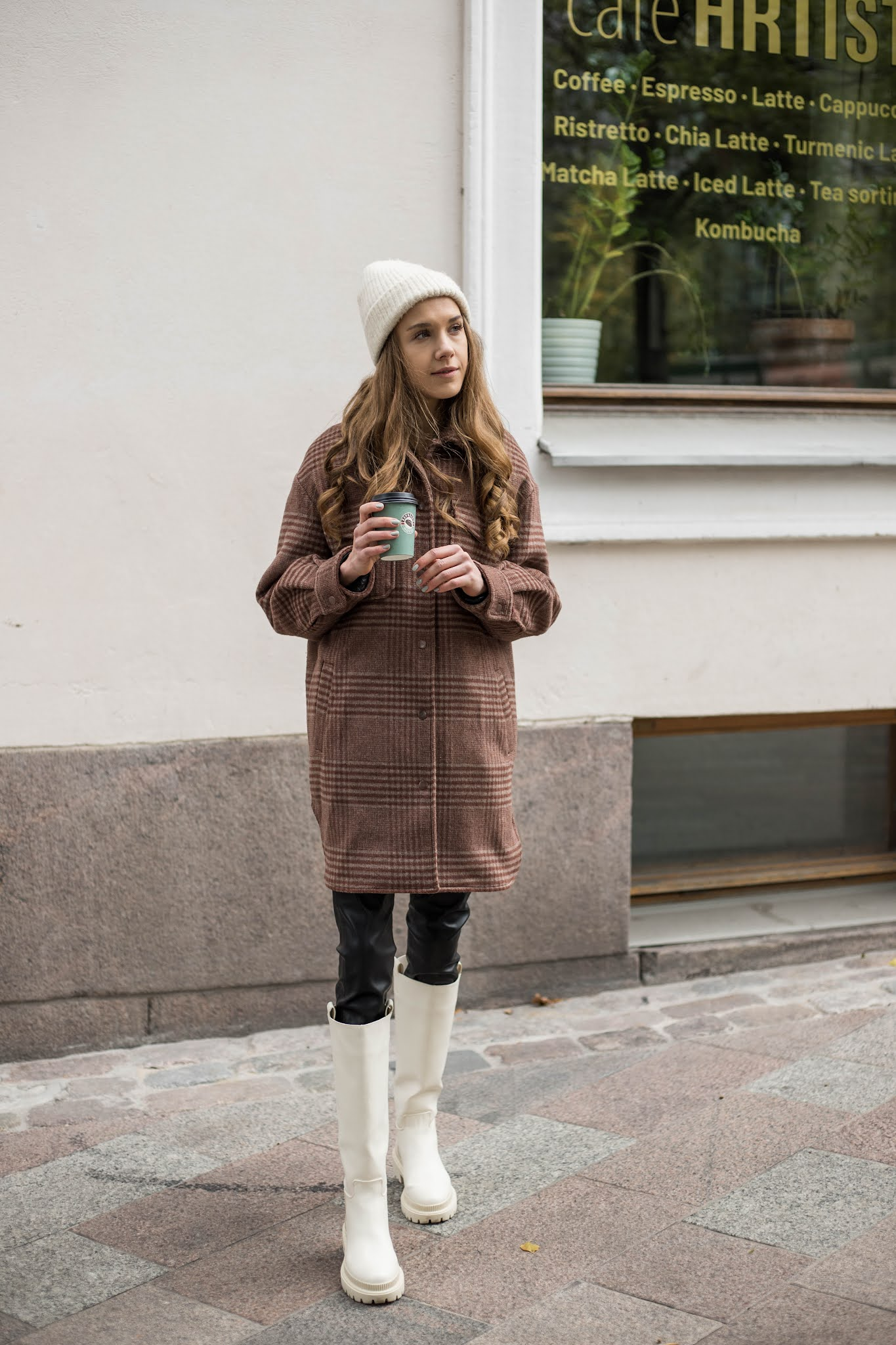 Paitatakki ja pitkät vaaleat sappaat // Shacket and knee-high chunky sole boots