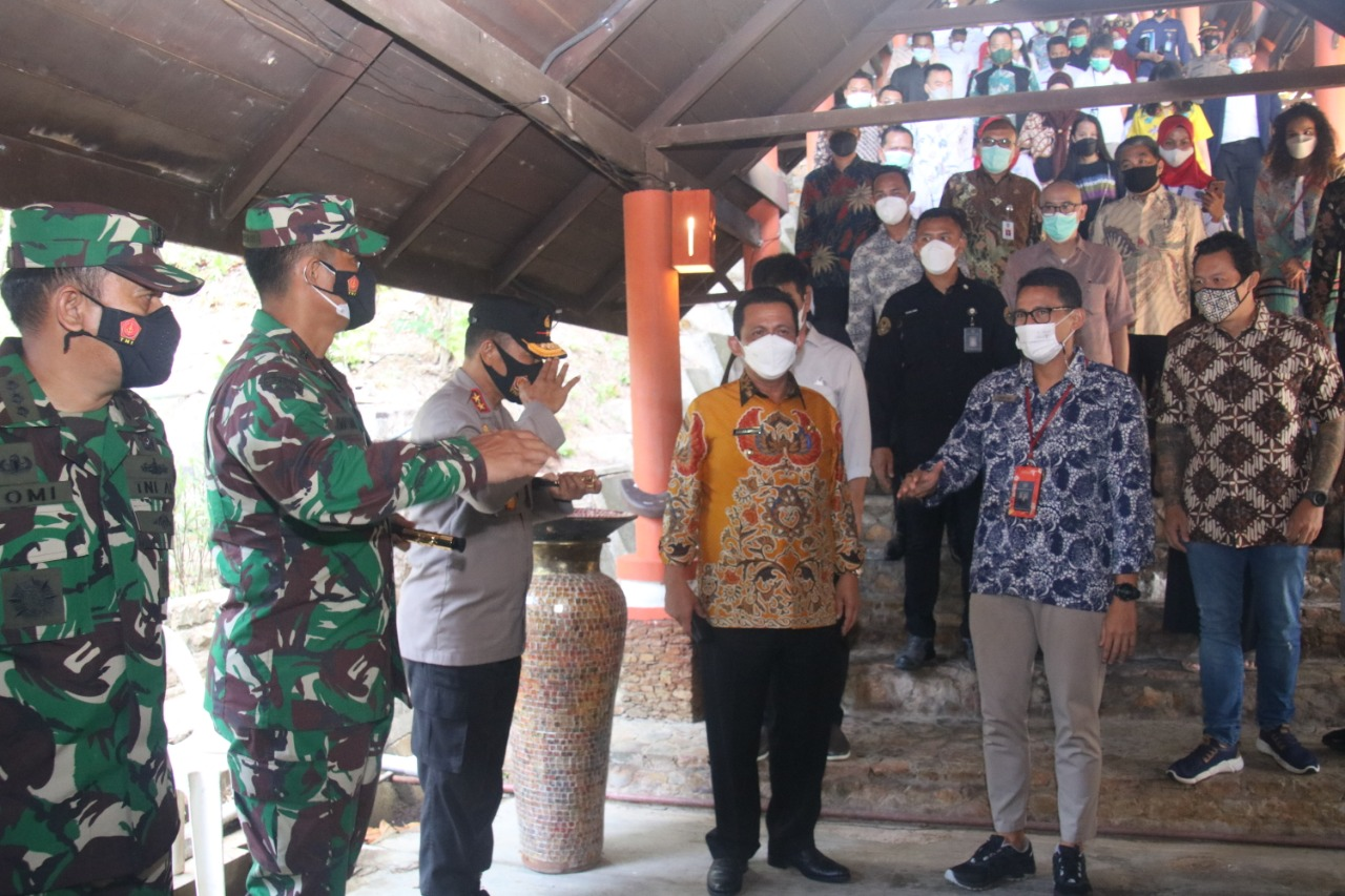 Kapolda Kepri Bersama Gubernur Kepri Dampingi Menparekraf Meninjau Vaksinasi Covid-19 Bagi Pelaku Pariwisata di Nongsa