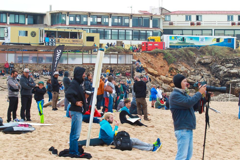 15 Crowd in Guincho contest site Allianz Billabong Pro Cascais Foto WSL Laurent Masurel