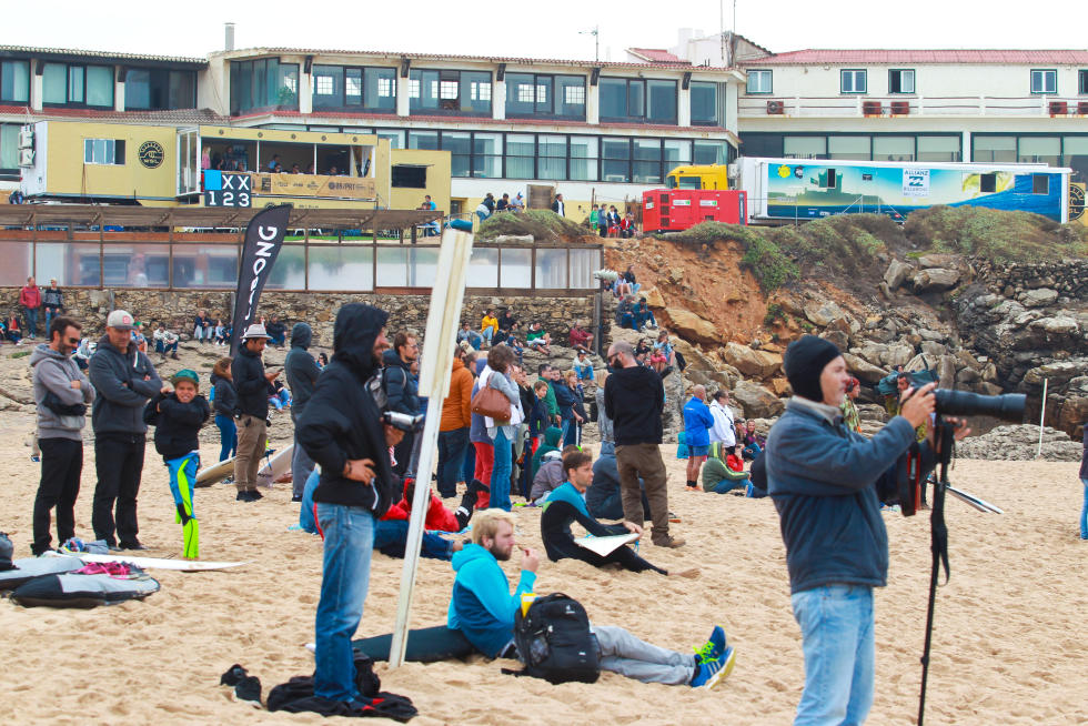 15 Crowd in Guincho contest site Allianz Billabong Pro Cascais Foto WSL Laurent Masurel