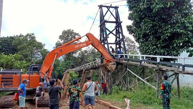 Warga, TNI dan PT Adau Kerja Bakti Perbaikan Jembatan Penghubung di Kalbar