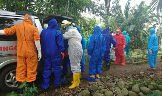 Pakai APD Lengkap, Polisi Kawal Pemakaman Warga Bobotsari