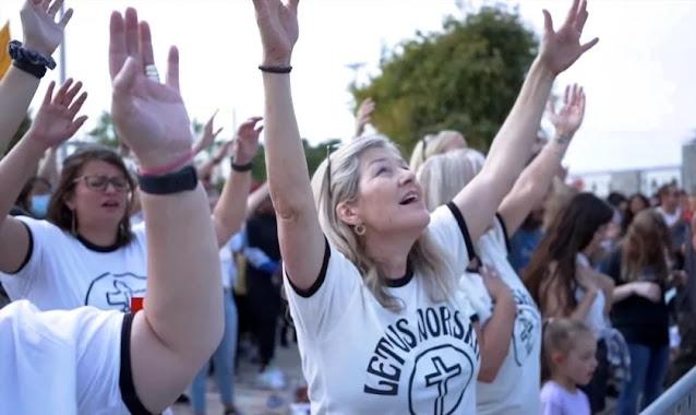 Mais de 5 mil pessoas sobem monte para orar e centenas se convertem em evento de adoração