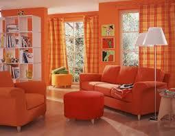 sala con sofá naranja