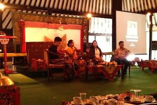 """pembicara seminar """"batik, kuasa dan identitas"""""""