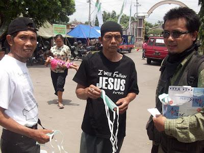 korban memakai baju berbau kristenisasi