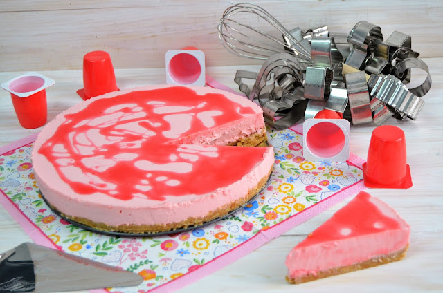 tarta de petit suisse, tarta de petit suisse de fresa, petit suisse, tarta de petisuis, tarta de petisuis de fresa, tarta de petit suisse con gelatina de fresa, tarta de petit suisse fresa, las delicias de mayte,