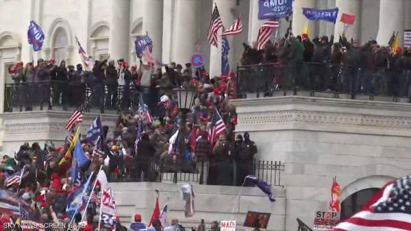 سابقة .. مناصرو ترامب يحاولون اقتحام مبنى الكونغرس (فيديو)