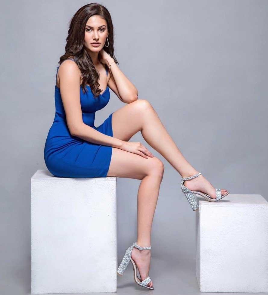 Hot Amyra Dastur flaunts her thighs