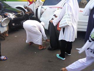 Foto-foto Masa Demo Bersihkan Sampah, di Puji Netizen