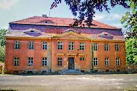 Neoklasyczny pałac z 1821 r. w miejscu starego. Murowany, założony na rzucie prostokąta o 9 i 3 osiach ze skromnym ryzalitem 3 osiowym, akcentowanym trójkątnym tympanonem. Budynek dwukondygnacyjny z poddaszem mieszkalno-użytkowym, nakryty łamanym dachem naczółkowym z powiekami.Dziś pałac jest własnością prywatną, nieużytkowany.