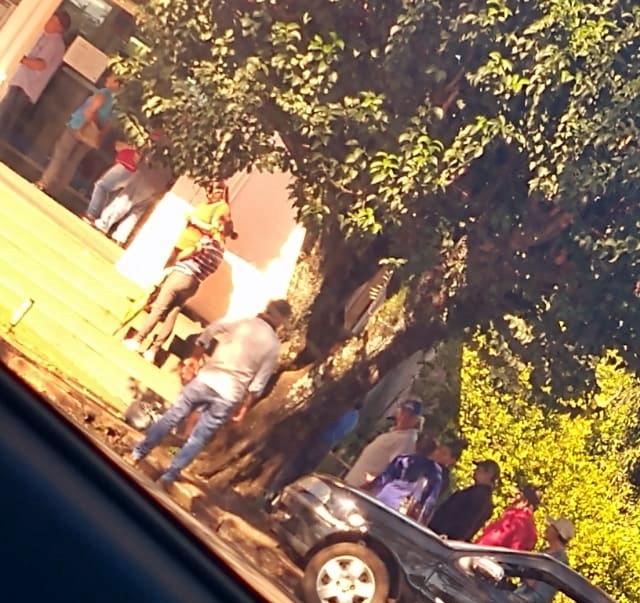 Imagem do dia: Idosos fazem fila em frente banco de Roncador