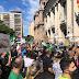 Centenas de empresários estão em frente ao Piratini pedindo a abertura do comércio