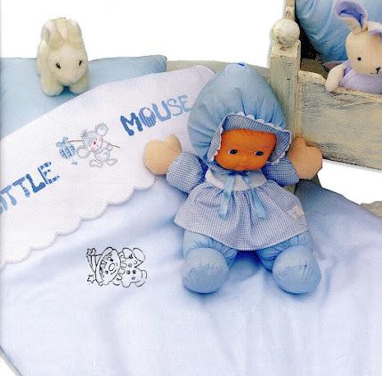 un piccolo e simpatico topolino cerca un lenzuolino o un piumotto per la culla del bebè, mentre un ippopotamo gioca sulla federa o sulla bavetta.