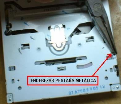 La cubierta del mecanismo del disco tiene una muesca metálica que hay que enderezar para poder levantar la tapa.