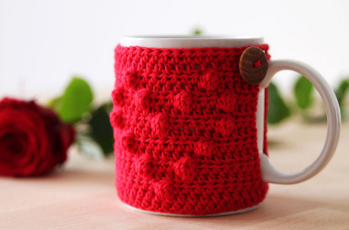 Free crochet pattern Valentine's Day mug cosy (photo by Haakmaarraak.nl) | Happy in Red