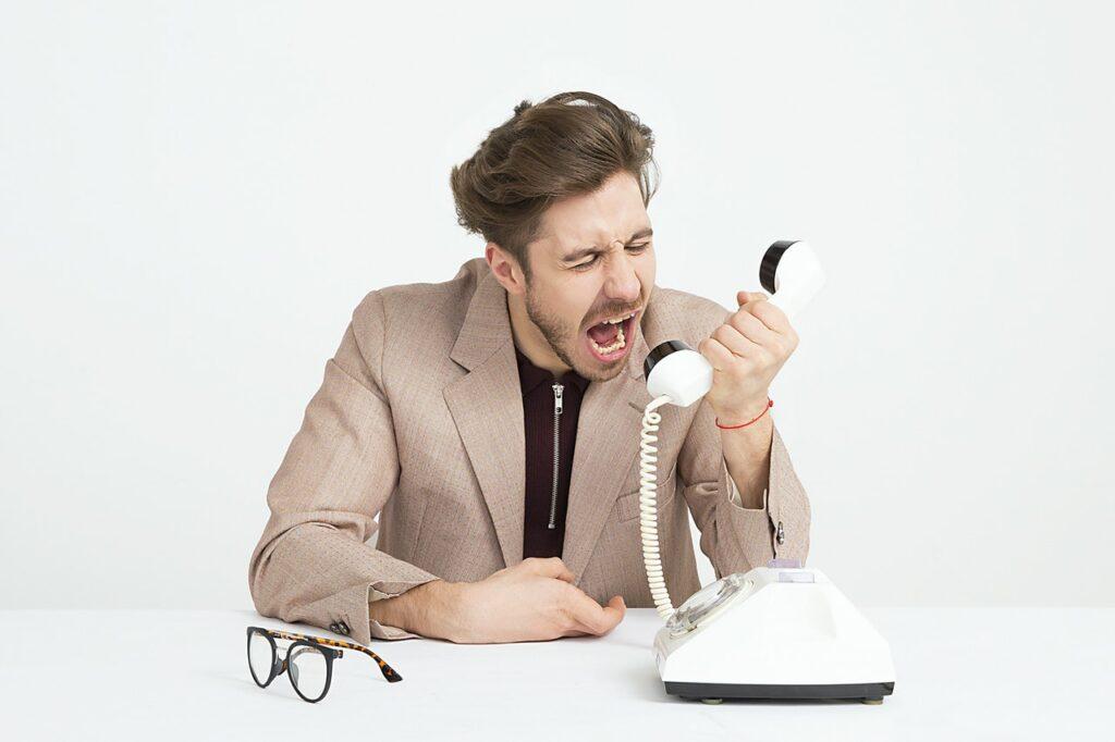 Homem irritado falando ao telefone